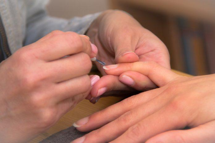 Jak zregenerować łamliwe i rozdwajające się paznokcie
