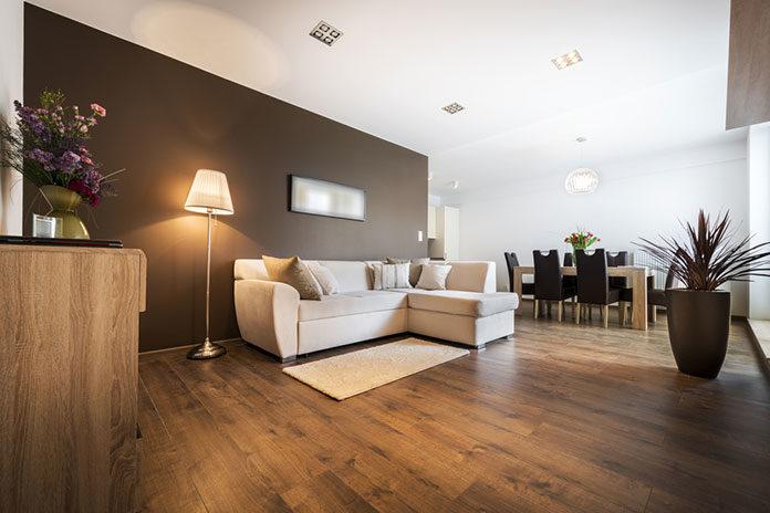 Długie panele podłogowe – dlaczego warto wykorzystać je we wnętrzu?